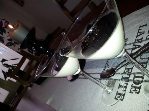 Pannacotta med smak av vanilj och smält blåbär