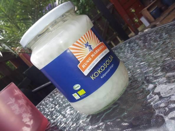 Kallpressad kokosolja som dels skyddar dig från både UVA och UVB-strålar.