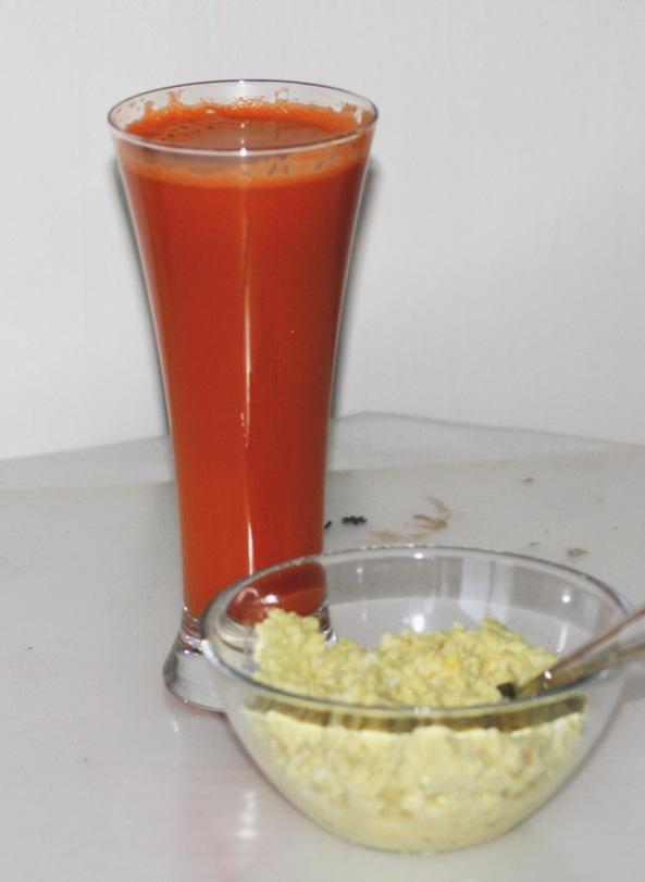 Äggröra baserad på yoghurt med hemmagjord morotsjuice till frukost